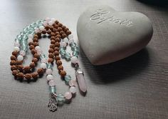 Mala rudraksha jade quartz rose et aquamarine Quartz Rose, Boutique Etsy, Jade, Beaded Bracelets, Beautiful, Jewelry, Jewlery, Bijoux, Pearl Bracelets