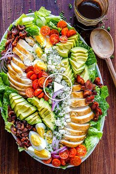 Easy Chicken Cobb Salad with the Best Cobb Salad Dressing! A protein-packed salad loaded with crisp lettuce, tomatoes, chicken, avocado and blue cheese. Ensalada Cobb, Cobb Salad Ingredients, Cobb Salad Dressing, Vinaigrette Dressing, Dressing Recipe, Plats Ramadan, Avocado Tomato Salad, Cooking Recipes, Healthy Recipes