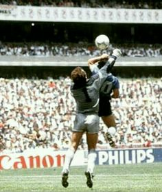 Diego Maradona vs Englend World cup 1986 Retro Football, Nike Football, Soccer Pro, Football Players, History Of Soccer, Mexico 86, Diego Armando, World Library, Fifa