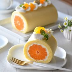 Orange Swiss Roll Cake Recipe This light and airy Swiss Roll filled with a delicious fresh cream filling and whole juicy oranges. Sweet Recipes, Cake Recipes, Dessert Recipes, Orange Rolls, Cute Desserts, Easter Desserts, Creative Food, Food And Drink, Cooking Recipes