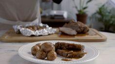 Receita com instruções em vídeo: Essa carne assada é uma delícia. Ingredientes: 1 cabeça de alho, 100g de manteiga em temperatura ambiente, 700g de maminha, sal a gosto, pimenta do reino a gosto, 500g de batatinhas baby, 2 colheres de sopa de azeite de oliva