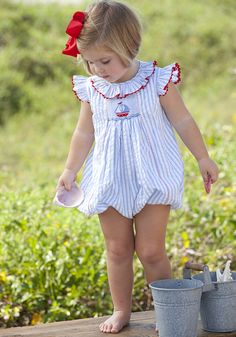 Girls smocked and classic bubbles and rompers are the perfect outfit for any occasion in both fall and winter. Sewing For Kids, Baby Sewing, Baby Girl Fashion, Kids Fashion, Smocked Baby Clothes, Smocked Clothing, Première Communion, Outfits Niños, Heirloom Sewing