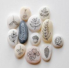 Что можно сделать с морской галькой? Запускать блинчики, привезти с моря на память, рисовать по нагретым солнцем камням мокрым пальцем и следить, как линии исчезают на глазах. А что еще? Смотрим! Камни можно разрисовывать. Например, вот так сдержанно и просто: Можно сделать…