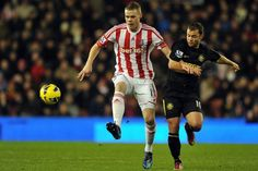 Ryan Shawcross del Stoke City frente al Wigan Athletic Shaun Maloney