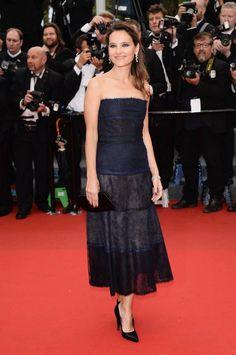 Virginie Ledoyen, asistió a la proyección y llevaba un vestido negro strapless con tul azul marino y encaje con botones en detalle de joyería en la parte de atrás, look 43 de la colección de Alta Costura Otoño / Invierno 2010/11.