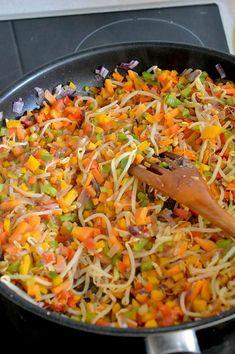 """Este """"arroz frito"""" de coliflor es una sorprendente y deliciosa manera de disfrutar de esta verdura. un plato super sano y lleno de verduras!"""