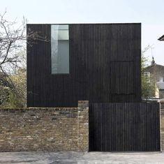 """Осевший дом (Sunken House) в Англии от Adjaye Assocates. Этот минималистский дом-куб построен в заповедной зоне де Бовуар в пригороде Лондона Хакни. Участок небольшой и находится в довольно плотном окружении двухэтажной застройки. Чтобы не нарушать установленный регламент, предписывающий ограничение по высоте, дом частично заглублён, он как бы """"осел"""" в грунт, выравнивая отметку верха парапета с линией карнизов существующих домов. В образовавнемся заглублении устроен небольшой дворик..."""