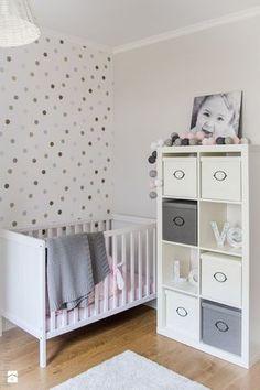 Polka dot wall decal + white crib | Zdjęcie: Pokój dziecka - Pokój dziecka - Meblościanka Studio