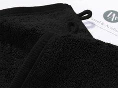 Couleur Vésuve.  Zoom Gants de Toilette x 2.  16x22 cm - 600gr/m2.    Ce gant de toilette de la collection de linge de bain Noir Vésuve, c'est comme la douceur de la soie sur votre peau. Ce gant vous offrira jour après jour tout le confort dont vous rêvez et deviendra rapidement l'indispensable allié pour une toilette agréable et raffinée.