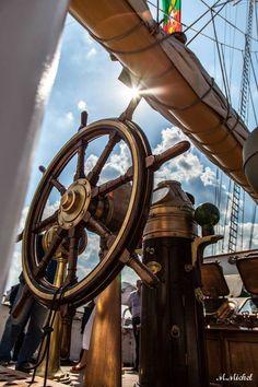 Drewniane koło sterowe, mosiężna żeglarska busola pokładowahttp://marynistyka.org- marynistyczne dekoracje, żeglarskie prezenty, prestiżowy morski wystrój wnętrz,http://marynistyka.pl- upominki dla Żeglarzy, marynistyczny wystrój wnętrz, dekoracje marynistyczne,http://marynistyka.waw.pl- prezent dla Żeglarza, morskie upominki, żeglarskie dodatki