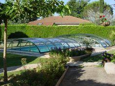 Nízké bazénové zastřešení systémem COMBI nenaruší celkový vzhled vaší zahrady.