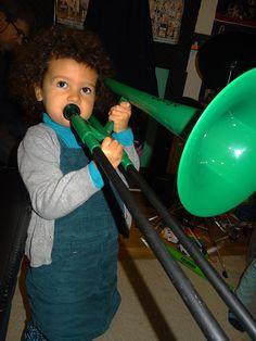 Bettina joue du trombone.