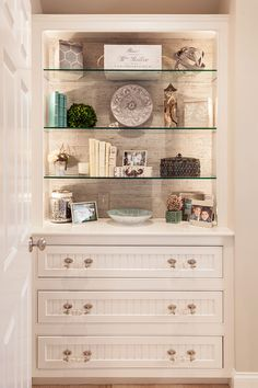 great built-in & love the seagrass backing of the shelves. House of Turquoise: Casabella Home Furnishings and Interiors House Of Turquoise, Turquoise Glass, Built In Shelves, Built Ins, Wall Shelves, Display Shelves, Bookcase With Glass Doors, Glass Shelves Kitchen, Shelves In Bedroom