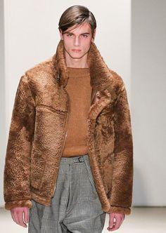 model walks for Jil Sander autumn/winter at Milan Fashion Week Sheepskin Jacket, Winter Mode, Milan Fashion, Mens Fashion, Grown Man, Suit And Tie, Fur Collars, Costume Design, Beautiful Men