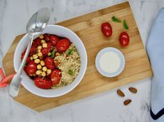 Bol marocain aux tomates, pois chiches et amandes Poke Bowl, Buddha Bowl, Quinoa, Vegan, Cheese, Food, Lemon Cream, Mint, Chickpeas