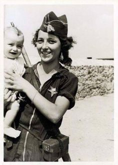 Republican Militiawoman with his young child Spanish Civil War Military Coup, Military Art, Military History, Pearl Harbor, Spanish War, Foto Madrid, Unknown Soldier, Brave Women, Female Soldier