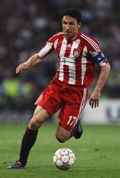 Mark van Bommel of Bayern Munich in action during the UEFA Champions League Final match between FC Bayern Muenchen and Inter Milan at the Estadio Santiago Bernabeu on May 2010 in Madrid, Spain. Fifa Football, Best Football Players, Soccer Players, Neuer Goalkeeper, Uefa Champions League Groups, Fc Bayern Munich, Best Player, Fc Barcelona, Garra
