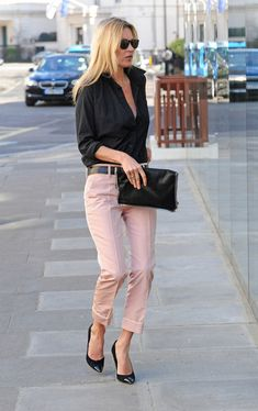 Kate Moss holding our Fold-Over Clutch. Kate Moss holding our Fold-Over Clutch. Mode Outfits, Fashion Outfits, Womens Fashion, Stylish Work Outfits, Casual Outfits, Pink Jeans Outfit, Pants Outfit, Hostess Outfits, Outfits Con Camisa