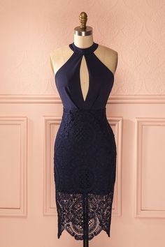 La femme aux yeux comme des joyaux fit une entrée remarquée. The woman with eyes like jewels made a grand entrance. Navy fitted lace halter dress www.1861.ca