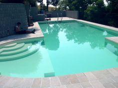 Voglia di piscina !! Bellisima. La prossima volta che rinasco voglio una casa con giardino per farmi costruire una piscina come questa :P