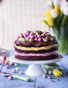Pääsiäiskakku viimeistelee keväisen juhlapöydän. Valmista joko juhlava moussella täytetty kerroskakku tai raikas keksipohjainen juustokakku.