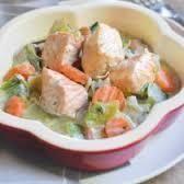Ingrédients pour 4 personnes: 4 pavés de saumon sans peau coupés en cubes 200ml de bouillon de légumes 3 carottes coupées en rondelles 2 poireaux émincés 4 cuillères à soupe de crème fraîche épaisse Beurre Sel/ poivre Aneth En mode dorer, faire revenir...
