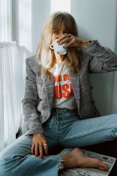Chic fall outfit and cool girl photo inspo Chic fall . Read more The post Chic fall outfit and cool girl photo inspo appeared first on How To Be Trendy. Moda Vintage Chic, Vintage Chic Fashion, Mode Vintage, Vintage Graphic, Casual Chic Fashion, Trendy Fashion, Fashion Mode, Denim Fashion, Look Fashion