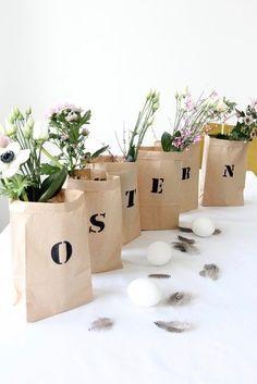 Ostertüten mit Blumen. Das bringt sofort Frühlingsgefühle in die Wohnung! Wir haben noch mehr tolle Oster-Deko-Ideen für dich! #ostern #easter #dekoration #diy