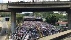 """Maduro: """"Da Washington un colpo di stato in Venezuela"""" Milioni di venezuelani in piazza chiedono elezioni"""