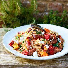 Spaghetti met tomaten en merguezworstjes   1 Verwarm de oven voor op 190 °C.Gebruik je grote worsten in...