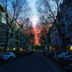 #motzstrasse #berlin #schöneberg #sundown #sonnenuntergang #spring #springtime #frühling #frühlingsgefühle #streetstyle #streetphotography #iphonegraphy #berlino #viktorialuiseplatz #goodnight