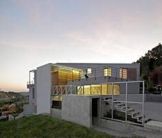 Ocupa 400 metros cuadrados de la propiedad de 1.000 metros cuadrados, esta casa de techo plano sigue la pendiente del terreno remojo. Sit...