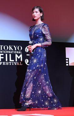 """""""#東京国際映画祭 で #本田翼 さんが着ていたのは人気急上昇中ブランド #sretsis のもの。#橋本環奈 さんの @giorgioarmani ドレス姿はフレッシュさ満点。@tiff_site"""""""