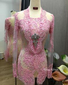 Kebaya ok Vera Kebaya, Batik Kebaya, Diy Fashion, Fashion Dresses, Womens Fashion, Fashion Trends, Kebaya Kutu Baru Modern, Kebaya Brokat, Model Kebaya