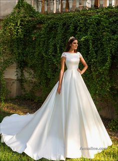 Simple Wedding Dresses 2017 Trends and Ideas https://femaline.com/2017/02/11/simple-wedding-dresses-2017-trends-and-ideas/