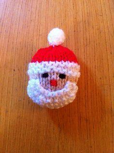 Santa and the Snowman Brooches. Free knitting pattern.