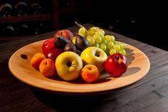 vassoio in legno chiaro con frutta