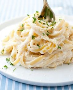 Light Fettuccine Alfredo - only 370 CALORIES per serving! You wouldn't believe how creamy and delicious this is. Finally a figure friendly fettuccine alfredo. Cut carbs and use Dream field pasta Fettuccine Alfredo, Chicken Alfredo, Pasta Fettucine, Fettuccine Noodles, I Love Food, Good Food, Yummy Food, Tasty, Pasta Recipes