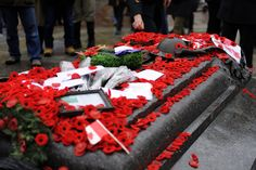 Many red poppy on the Monument, we all won't forget The soldiers blood and fight for AiYing Chen & Jasmin Lin Pictures Of Soldiers, Poppy Images, Remembrance Poppy, Imagine John Lennon, Canadian Army, Unknown Soldier, Lest We Forget, Red Poppies, War Memorials