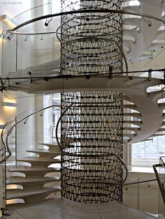 Somerset House - http://smg-treppen.de/somerset-house/ Diese ungewöhnliche Treppe, gestaltet von der Architekten Eva Jiricna befindet sich im Westflügel des Somerset House in London. Kunst, Kultur und verschiedene Veranstaltungen finden immer wieder im Somerset House ihr Zuhause. Wechselnde Ausstellungen finden ihren Platz neben einer permanenten K...