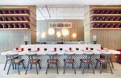 Para este restaurante se usó Oriente blanco en formato 75x75 para el piso y en la barra, malla hexagonal vintage. Rest. ChinChin Panamá. Design by Magma