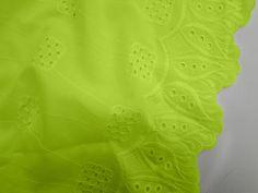Laise Bico Sabine (Oliva). Tecido de algodão com bordados vazados e em alto relevo, possui toque agradável, é leve e com cores vivas. Perfeito para looks românticos e delicados.  Sugestão para confeccionar: Vestidos, shorts, saias, entre outros.