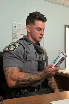 Cop Uniform, Men In Uniform, Bald Men Style, Huge Biceps, Sexy Military Men, Hot Cops, Big Muscles, Sexy Men, Hot Men