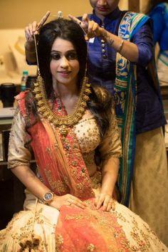 Red Carpet Bride at Manubhai Jewellers: The Temple Jewellery Bride! Gold Jewelry Simple, Simple Necklace, Gold Necklace, Indian Gold Jewellery Design, Jewelry Design, Manubhai Jewellers, Temple Jewellery, India Jewelry, Beautiful Girl Photo