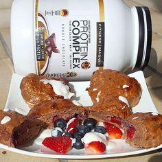 """Hello meine Lieben ich melde mich dann auch mal . Und möchte euch diese geilen Schoko Bananen Muffins mit Beeren Kern Präsentieren. Kommt gut in die Woche.  70g Dinkelvollkornmehl 50g Protein Complex 140g Magerquark 1 Ei 1 Eiklar 1 Zerdrückte Banane 3g Backpulver  """" """" #healthyfood #healthylifestyle #fitness #lifestyle #fitnessfood #fit #fitfam #foodporn #instafood #hclf  #foodlover #momsgymfood #ProBroKitchen #teamalpha #lowcarb #photooftheday #picoftheday #inspiration #fitnessmodel…"""