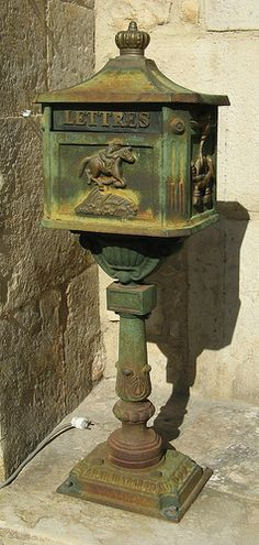 """Wonderful Vintage Letter Box, would love this for a prized piece of """"Yard Art"""". Antique Mailbox, Old Mailbox, Vintage Mailbox, Mailbox Ideas, Country Mailbox, Post Bus, Unique Mailboxes, You've Got Mail, Beach Signs"""