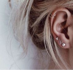 Trending Ear Piercing ideas for women. Ear Piercing Ideas and Piercing Unique Ear. Ear piercings can make you look totally different from the rest. Ear Peircings, Cute Ear Piercings, Cartilage Piercings, Cartilage Hoop, Piercings For Small Ears, Multiple Ear Piercings, Ear Piercings Chart, Female Piercings, Women Piercings