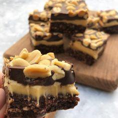 En opskrift på sundere snickers snitter der er perfekt som hurtig snack når sukkertrangen melder sig. Opskriften er super nem og tager ikke langtid at lave.
