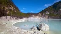 This is a 10-hour tour to Kawah Putih, otherwise known as White Crater, in the south of Bandung. Other than a volcanic crater, you will see beautiful scenery along the way such tea plantations and strawberry farms.
