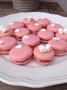 Roze macarons met rode bessen botercreme